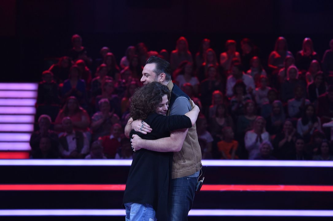 Erik und Sasha umarmen sich - Bildquelle: André Kowalski