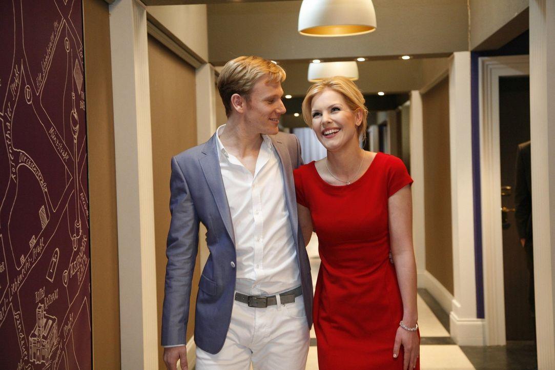 Philip (Philipp Romann, l.) ist glücklich, als Alexandra (Ivonne Schönherr, r.) ihn für seine gelungene Überraschung entlohnt ... - Bildquelle: SAT.1