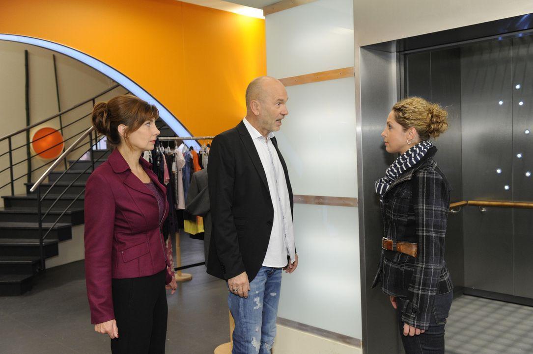 Was ist zwischen Steffi (Karin Kienzer, l.), Bruno (K. Dieter Klebsch, M.) und Nina (Maria Wedig, r.) nur los ... - Bildquelle: SAT.1
