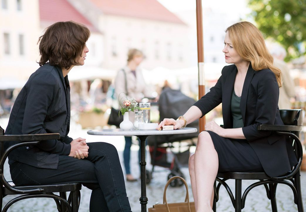 Während sich Carrie (Claire Danes, l.) mit Allison (Miranda Otto, r.) trifft, um die Hintergründe ihrer letzten Entdeckungen zu erfahren, muss Quinn... - Bildquelle: Stephan Rabold 2015 Showtime Networks, Inc., a CBS Company. All rights reserved.