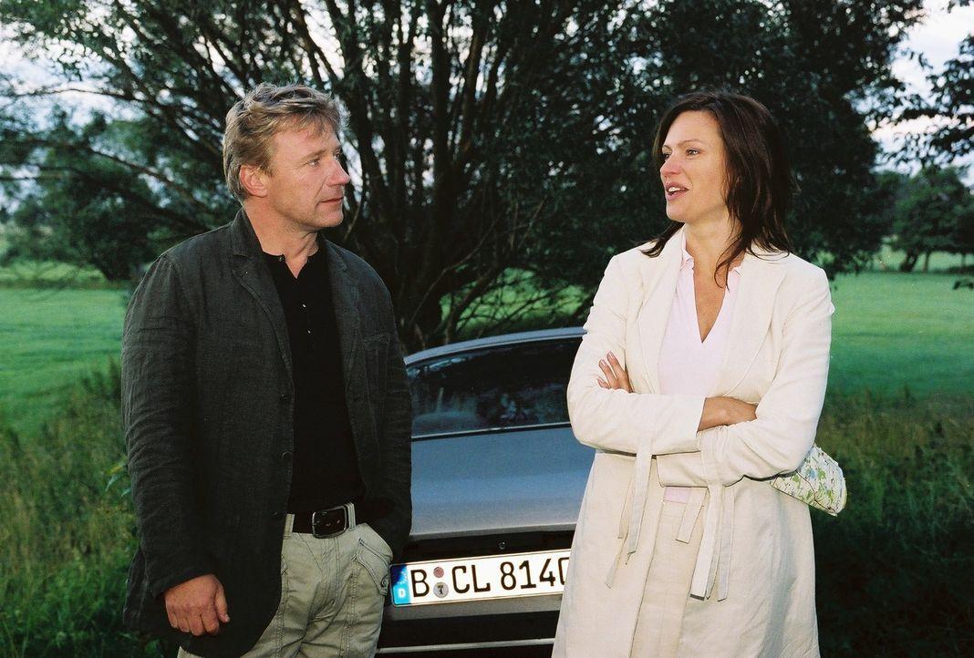 Michaela (Nina Kronjäger, r.) kann kaum glauben, dass Tom (Jörg Schüttauf, l.) ihren Wagen nur wegen einer wandernden Schildkröte angehalten hat... - Bildquelle: Oliver Ziebe Sat.1