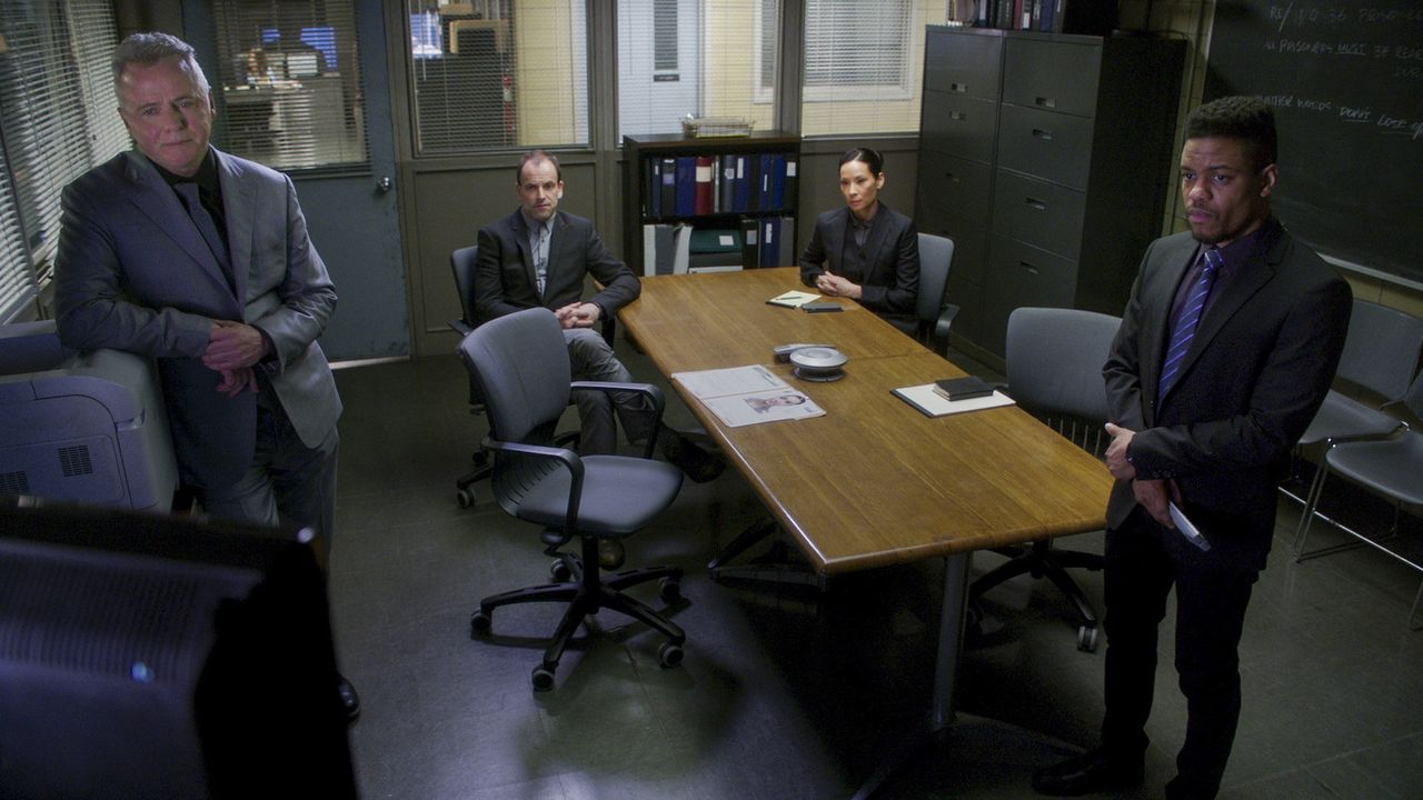 Das NYPD-Team (v.l.n.r. Aidan Quinn, Jonny Lee Miller, Lucy Liu, Jon Michael Hill) hat allerhand zu tun, als sie zum einen einen Bandenkrieg in den... - Bildquelle: 2017 CBS Broadcasting, Inc. All Rights Reserved.