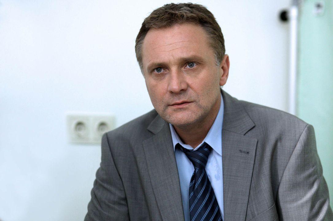 Niemals hätte Paul Hofer (Bernhard Schir) gedacht, dass seine geliebte Tochter jemals in die Drogenszene abrutschen könnte. Nichtsdestotrotz passi... - Bildquelle: SAT.1
