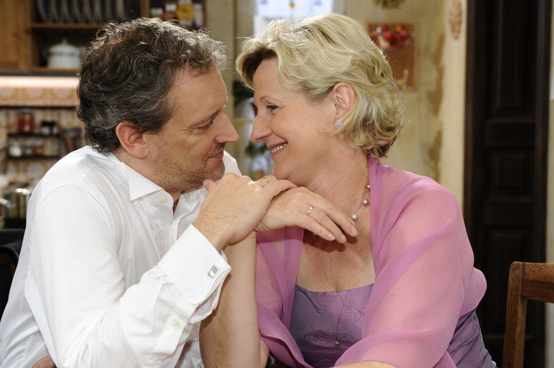 Nachdem Susanne (Heike Jonca, r.) Annas Brautstrauß gefangen hat, möchte Ingo (Wolfgang Wagner, l.) ihre Hochzeitsreise wiederholen ... - Bildquelle: SAT.1