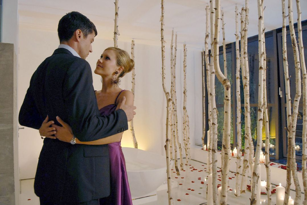 Frederik (Oliver Bootz, l.) hat für Jackie (Wolke Hegenbarth, r.) unzählige Kerzen im Badezimmer angezündet. Die richtige Atmosphäre für seinen... - Bildquelle: Sat.1