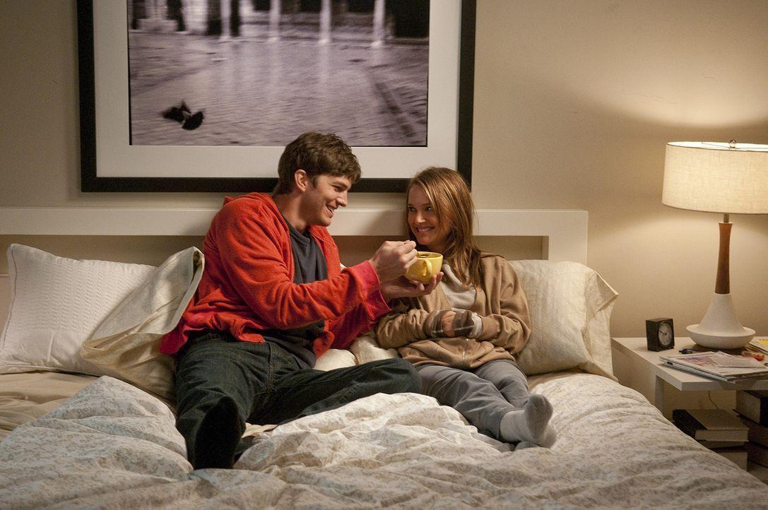 Eine gute Freundschaft hat viele Vorteile: Emma (Natalie Portman, r.) und Adam (Ashton Kutcher, l.) ... - Bildquelle: Dale Robinette 2011 DW Studios LLC. All Rights Reserved.