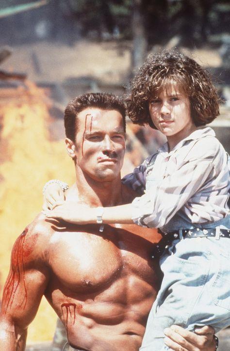 Eigentlich wollte der Top-Agent Matrix (Arnold Schwarzenegger, l.) sich zur Ruhe setzen und seiner Tochter Jenny (Alyssa Milano, r.) ein liebevoller... - Bildquelle: 20th Century Fox Film Corporation