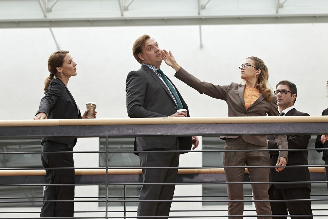 Herr Jacobs (Charly Hübner, 2.v.l.) und Frau Brockob (Bettina Lamprecht, l.) stehen im Gang mit Kaffeebechern in der Hand, als Frau Dr. Gerling (Ank... - Bildquelle: Guido Engels SAT.1