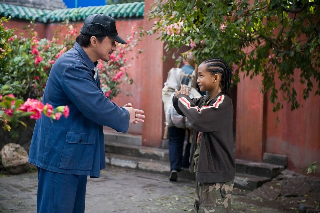 Nach anfänglichem Zögern nimmt Mr. Han (Jackie Chan, l.), Hausmeister der Schule und ehemaliger Kung-Fu-Meister, Dre (Jaden Smith, r.) unter seine... - Bildquelle: 2010 CPT Holdings, Inc. All Rights Reserved.