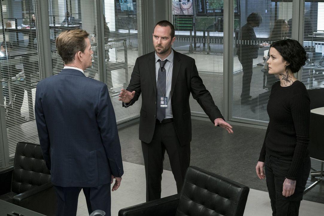 Die Situation spitzt sich weiter zu und Kurt (Sullivan Stapleton, M.), Jane (Jaimie Alexander, r.) und  FBI Director Pellington (Dylan Baker, l.) mü... - Bildquelle: 2016 Warner Brothers