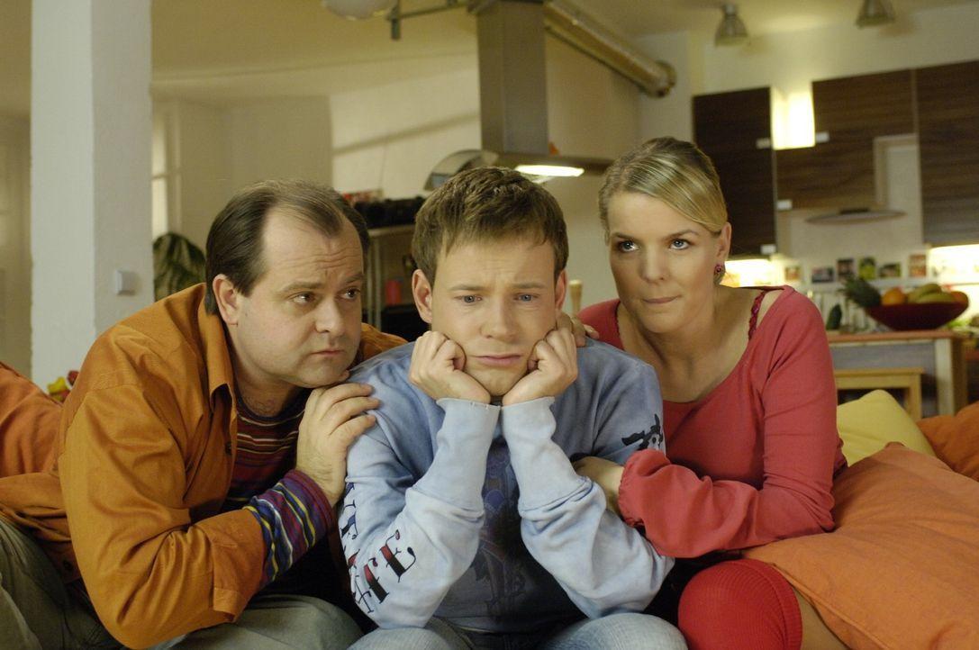 Wie es sich für Bewohner einer WG gehört, stehen Markus (Markus Majowski, l.) und Mirja (Mirja Boes, r.) ihrem neuen Mitbewohner Mathias (Mathias... - Bildquelle: Sat.1