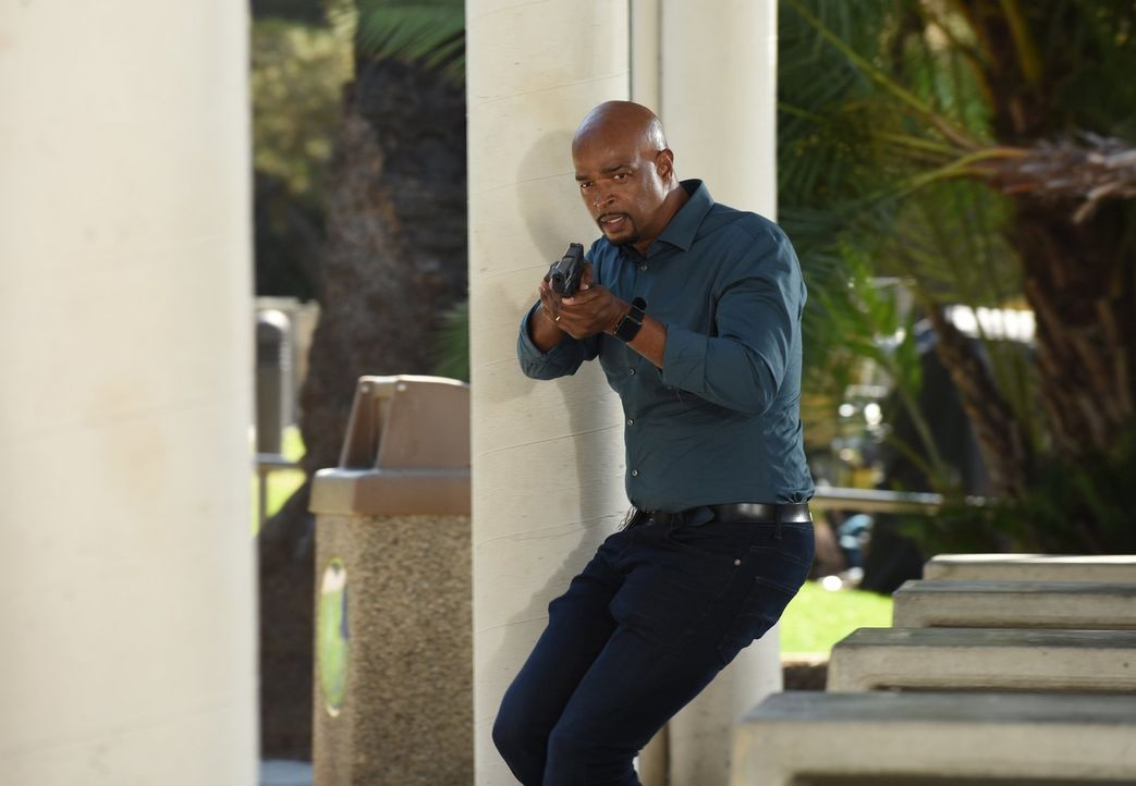 Bei einer Verfolgungsjagd schießt Murtaugh (Damon Wayans) auf den Verdächtigen, bevor dieser entwischt ... - Bildquelle: Warner Brothers