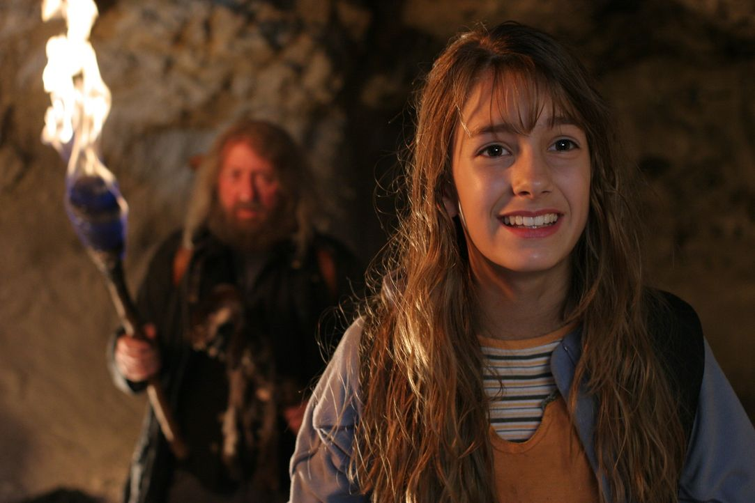 Der Einsiedler (Vadim Glowna, l.) ist Bataa und Sophie (Julia Krombach, r.) bei der Suche einr bestimmten Höhle behilflich ... - Bildquelle: Petro Domenigg Dor Film