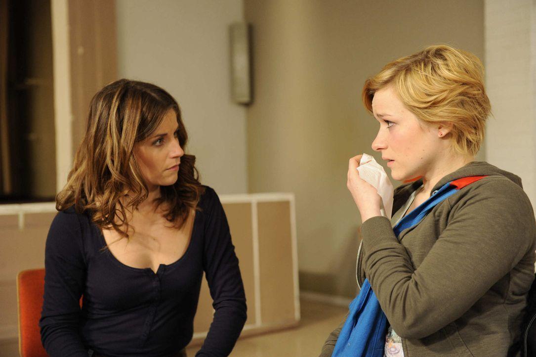 Eine schockierende Überraschung: Bea (Vanessa Jung, l.) und Emma (Kasia Borek, r.) ... - Bildquelle: SAT.1