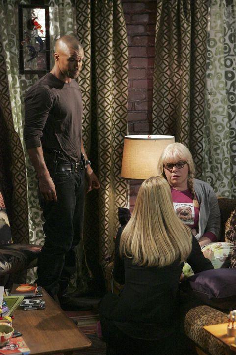 Penelope (Kirsten Vangsness, r.) kann nicht fassen, dass sie auf einen Hochstapler reingefallen ist und dadurch auch noch fast ihr Leben verloren hä... - Bildquelle: Touchstone Television