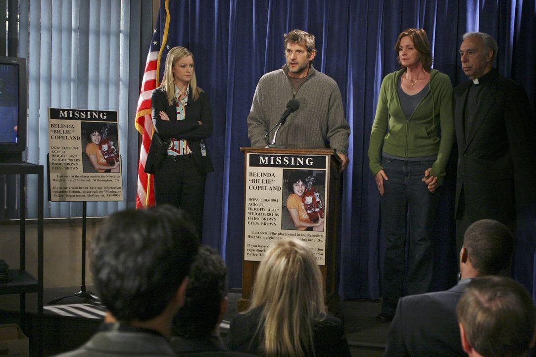 Nachdem ihre Tochter entführt wurde, machen William (Dwier Brown, 2.v.l.) und Marilyn Copeland (Tracy Needham, 2.v.r.) einen Aufruf an die Öffentl... - Bildquelle: Touchstone Television