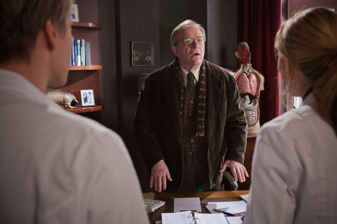 Als Onkel Harry (Gerhard Garbers, M.) verkündet, dass er vorläufig die Praxis nicht weiterführen kann und er deshalb möchte, dass David (Max von... - Bildquelle: Conny Klein SAT.1
