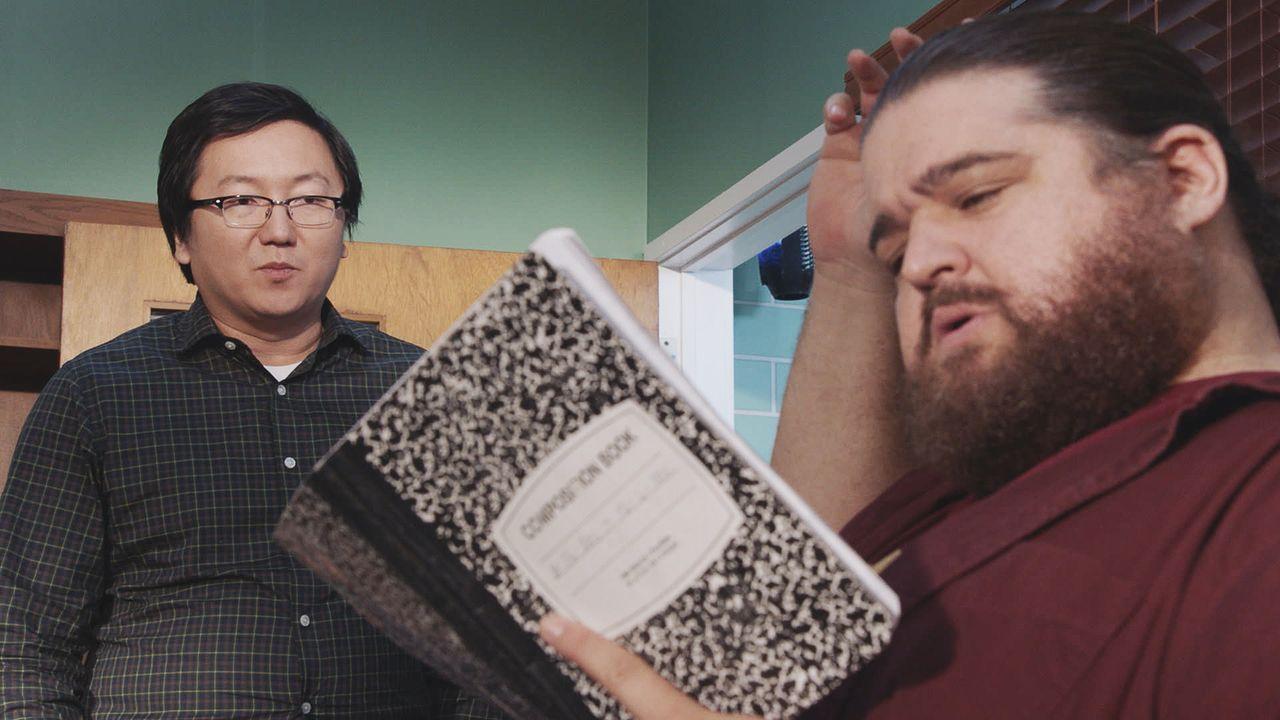 Jerry (Jorge Garcia, r.) hilft Max (Masi Oka, l.) beim Packen. Dabei findet er die Tagebücher von Max und liest sie sich durch. Dadurch erfährt er e... - Bildquelle: Norman Shapiro 2016 CBS Broadcasting, Inc. All Rights Reserved