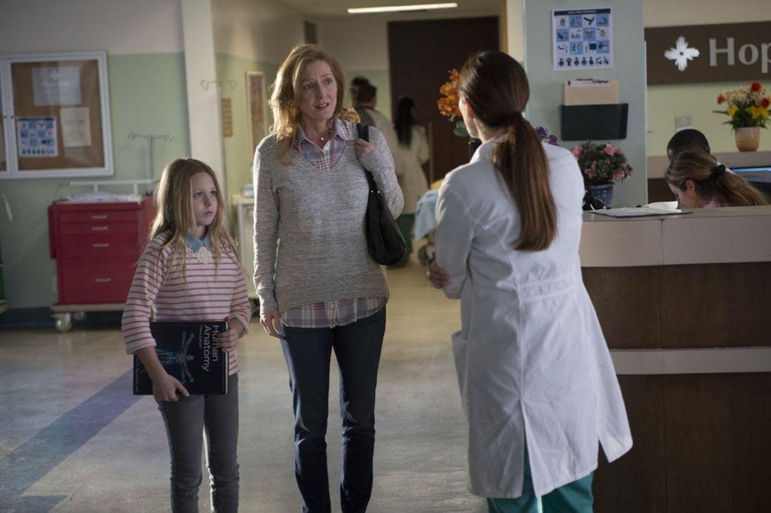 Jennifer Pearson (Karla Droege, M.) ist entsetzt, als ihr Dr. Bennett (Lena Georgas, r.) erzählt, dass ihre Tochter Olivia (Isabella Crovetti, l.) d... - Bildquelle: Neil Jacobs 2016 CBS Broadcasting, Inc. All Rights Reserved.