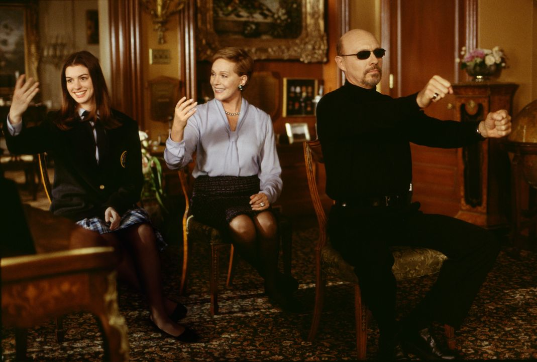 (v.l.n.r.) Mia Thermopolis (Anne Hathaway); Clarisse Renaldi (Julie Andrews); Joe (Hector Elizondo) - Bildquelle: Ron Batzdorff Disney Enterprises Inc. / Ron Batzdorff