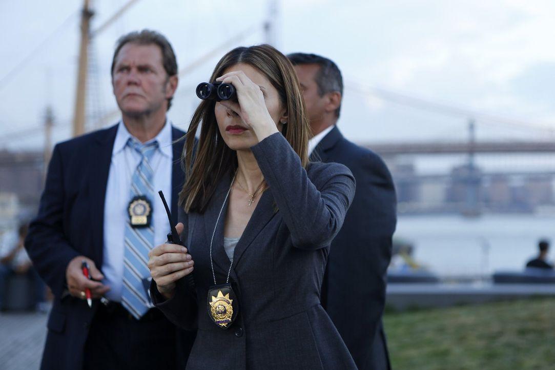 Captain Santiani (Callie Thorne, vorne) hat ihre Gründe, warum sie ihren Posten als Captain im Bezirk nicht abgeben will ... - Bildquelle: 2015 Warner Bros. Entertainment, Inc.