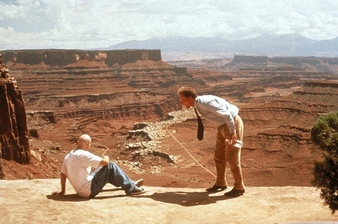 Brandon (Jon Seda, l.) zwingt Michael (Woody Harrelson, r.), ihn zu einem sagenumwobenen Ort in einem Indianerreservat in Arizona zu bringen ... - Bildquelle: Warner Bros.