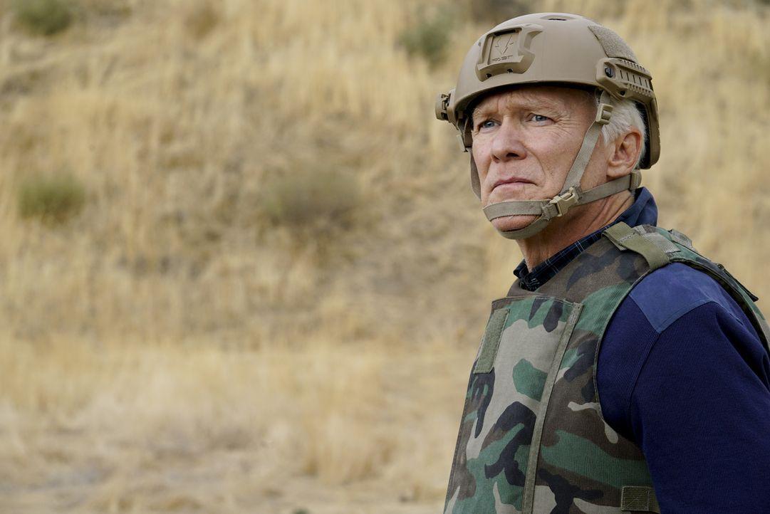 Während seines Truppenbesuchs in Afghanistan muss Senator Phillips (James Morrison) erfahren, dass sein Sohn in Lebensgefahr schwebt ... - Bildquelle: Cliff Lipson 2017 CBS Broadcasting, Inc. All Rights Reserved.