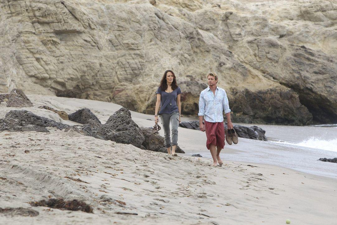 Patrick Jane (Simon Baker, r.) verliebt sich in Südamerika in die attraktive Touristin Kim Fischer (Emily Swallow, l.). Doch meint sie es wirklich... - Bildquelle: Warner Brothers Entertainment Inc.