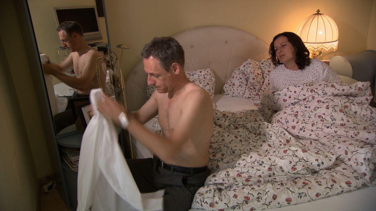 Victoria (r.) hat mal wieder die ganze Nacht kein Auge zugemacht, weil ihr Mann Clemens (l.) nicht nach Hause gekommen ist. Sie ist sich sicher, das... - Bildquelle: SAT.1