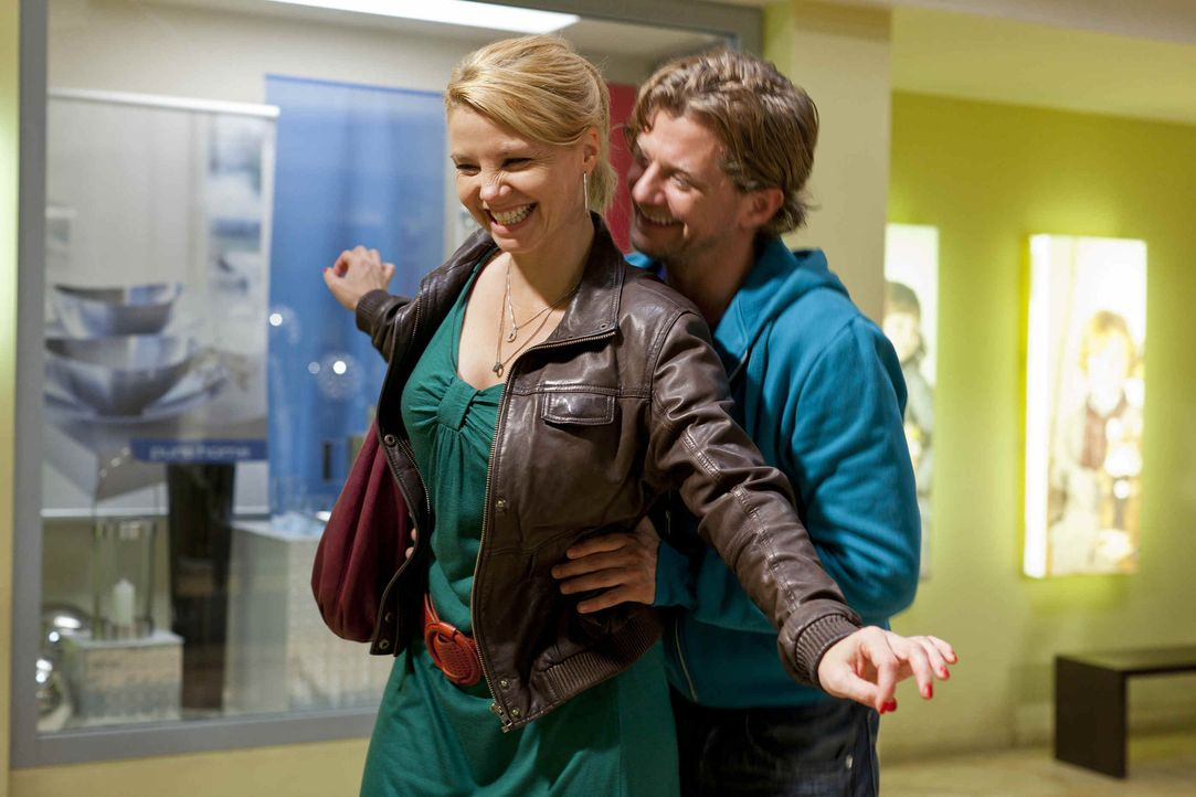 Steht die Freundschaft von Danni (Annette Frier, l.) und Bea wegen Josh (Andreas Guenther, r.) auf dem Spiel? - Bildquelle: SAT.1