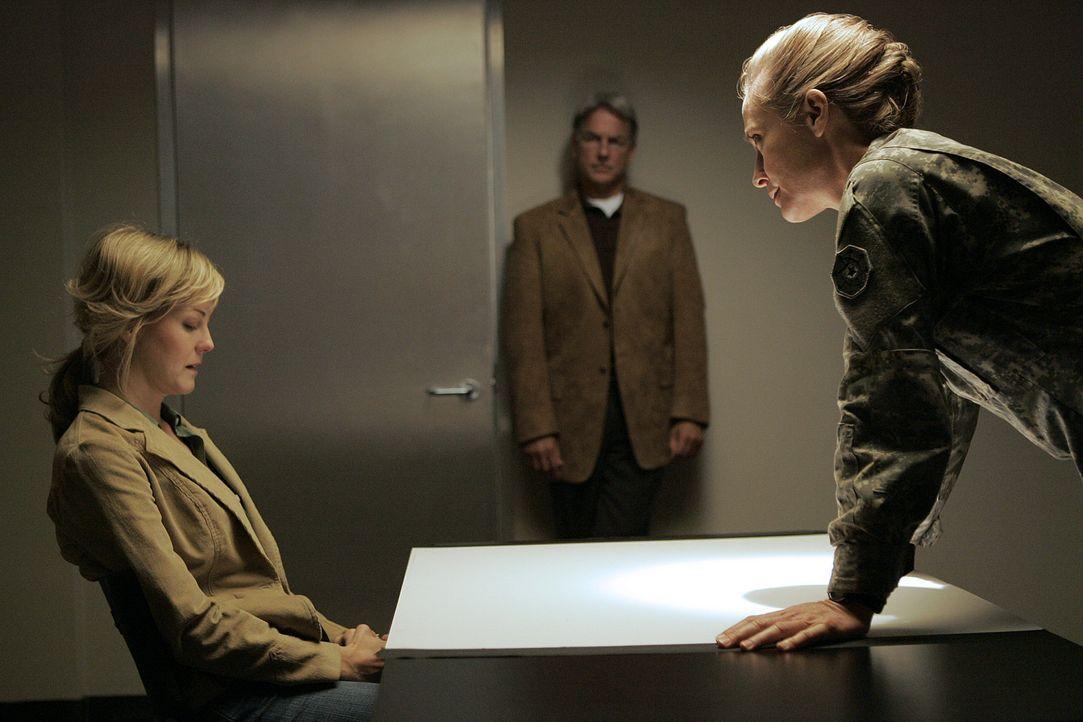 Ein Captain wird tot aufgefunden. Doch diesmal kann Gibbs (Mark Harmon, M.) die Ermittlungen nicht leiten, denn eine der Hauptverdächtigen ist sein... - Bildquelle: CBS Television