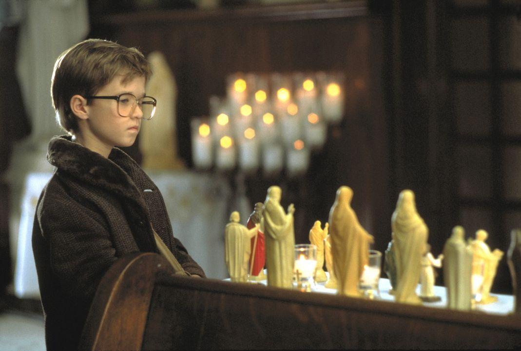 Nur im Schutz des Kreuzes findet der sensible Cole (Haley Joel Osment) Ruhe vor seinen leblosen Schatten. Doch dann verfolgt das Grauen ihn auch in... - Bildquelle: Buena Vista Pictures