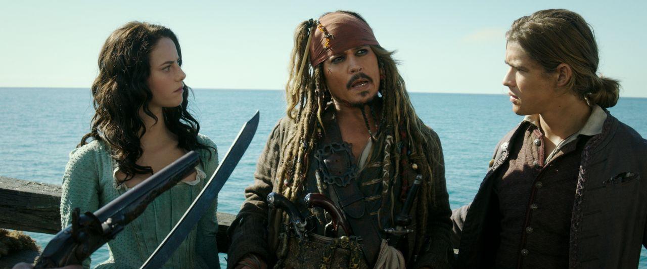 (v.l.n.r.) Carina Smyth (Kaya Scodelario); Captain Jack Sparrow (Johnny Depp); Henry Turner (Brenton Thwaites) - Bildquelle: Disney Enterprises, Inc. All Rights Reserved.