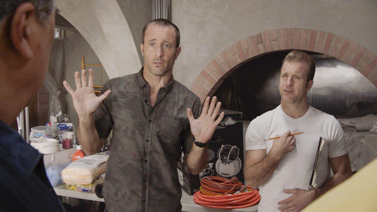 McGarrett (Alex O'Loughlin, l.) und Danny (Scott Caan, r.) begeben sich auf die Suche nach dem Mörder eines Privatdetektivs, dessen Klient vorher au... - Bildquelle: 2018 CBS Broadcasting, Inc. All Rights Reserved