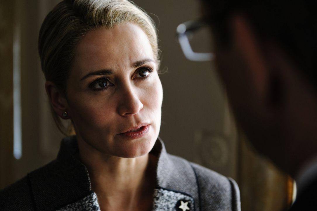 An Bettina Wulff (Anja Kling) perlen die Vorwürfe nicht ab. Während ihr Mann, der Bundespräsident, öffentlich Stellung nehmen kann, ist sie zum... - Bildquelle: Stefan Erhard SAT.1