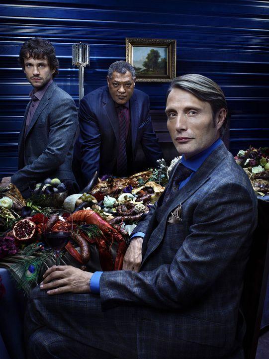 (1. Staffel) - Special Agent Will Graham (Hugh Dancy, l.) und Agent Jack Crawford (Laurence Fishburne, r.) ahnen nichts von Dr. Hannibal Lecters (Ma... - Bildquelle: Robert Trachtenberg 2013 NBCUniversal Media, LLC