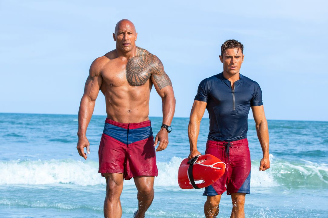 Mitch Buchannon (Dwayne Johnson, l.); Matt Brody (Zac Efron, r.) - Bildquelle: Frank Masi 2017 PARAMOUNT PICTURES. ALL RIGHTS RESERVED. / Frank Masi