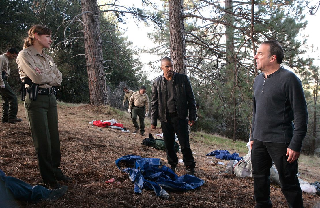 Ein grausamer Fall beschäftigt Derek (Shemar Moore, 2.v.r.) und Gideon (Mandy Patinkin, r.) ... - Bildquelle: Touchstone Television