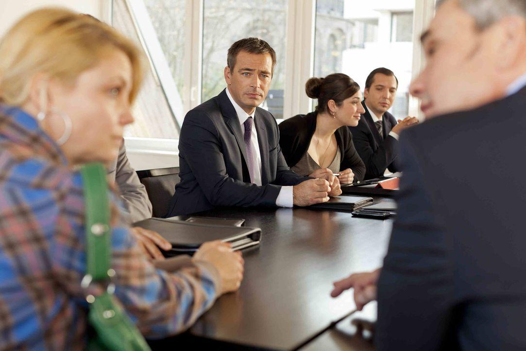 Danni (Annette Frier, l.) bekommt Ärger mit Oliver Schmidt (Jan Sosniok, 2.v.l.) und seinem Partner aus der Kanzlei, da sie gegen einen wichtigen M... - Bildquelle: SAT.1