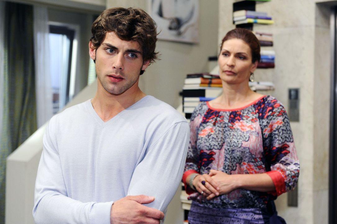 Jonas (Roy Peter Link, l.) ist überrascht, dass Natascha (Franziska Matthus, r.) ihn unterstützen will. - Bildquelle: Sat.1