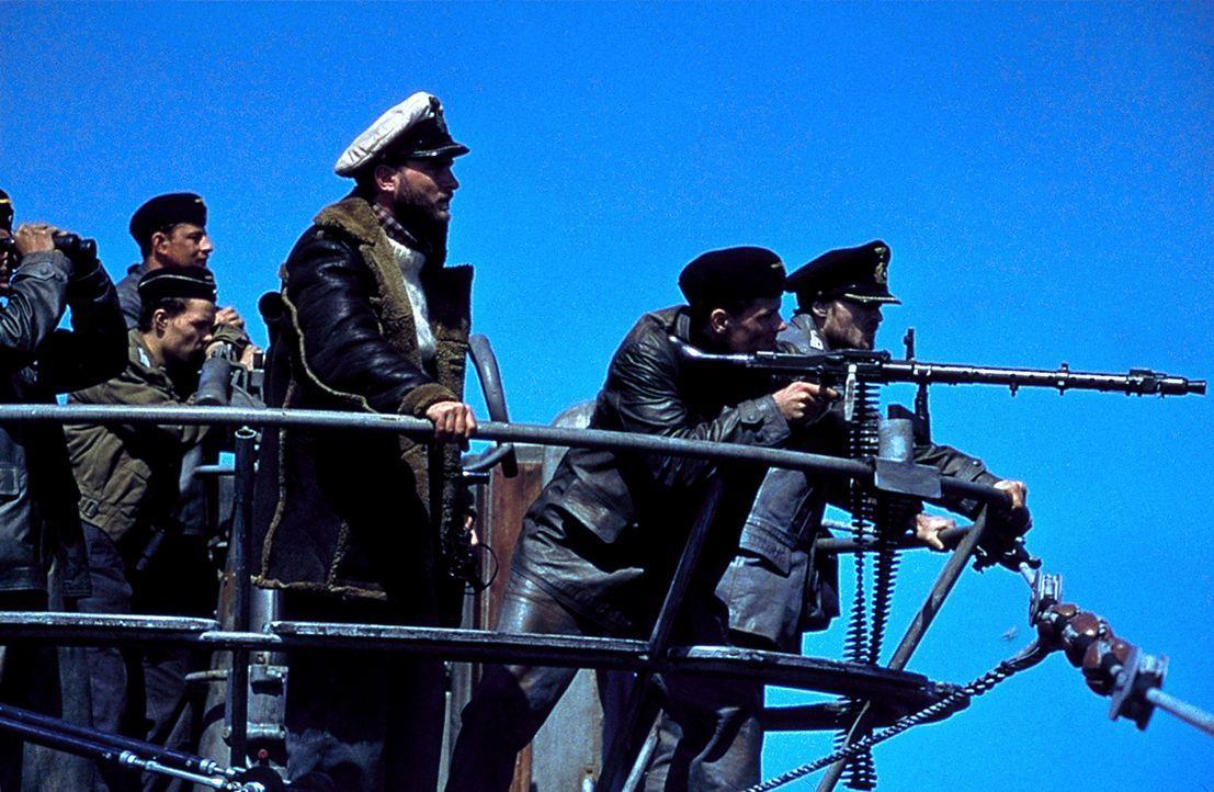 Auf hoher See mit Maschinenschaden und brisanter Ladung: Kapitänleutnant Wassner (Thomas Kretschmann, 3.v.r.) ... - Bildquelle: 2000 Universal Pictures. All Rights Reserved