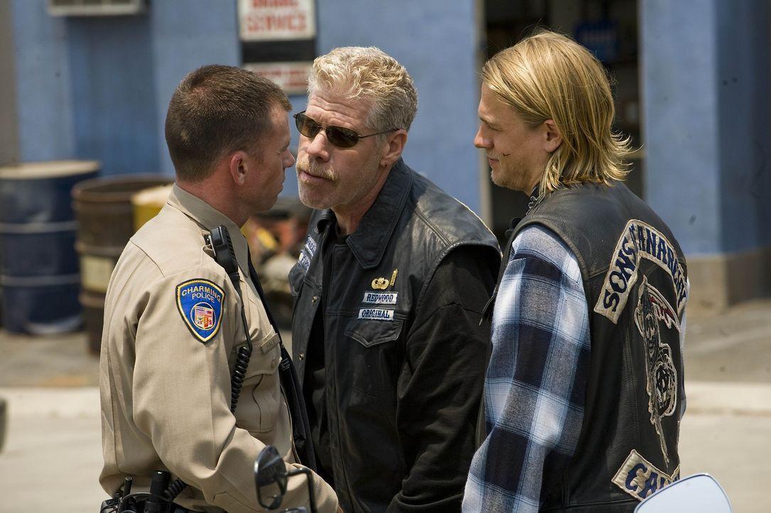 "Clarence ""Clay"" Morrow (Ron Perlman, M.) und Jackson ""Jax"" Teller (Charlie Hunnam, r.) sind Deputy Chief David Hale (Taylor Sheridan, l.) schon län... - Bildquelle: 2008 FX Networks, LLC. All rights reserved."