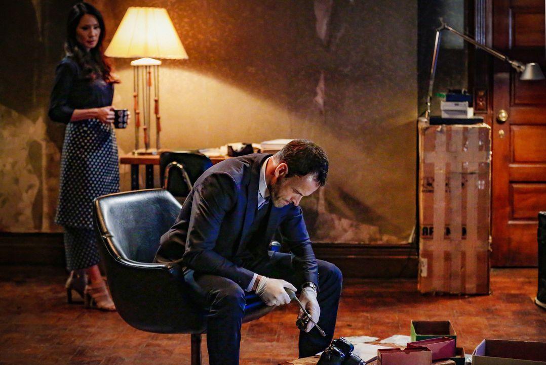 Während Sherlock (Jonny Lee Miller, r.) den perfekten Raubüberfall plant, stößt Joan (Lucy Liu, l.) auf ein schockierendes Geheimnis von ihrem Kolle... - Bildquelle: 2015 CBS Broadcasting Inc. All Rights Reserved.