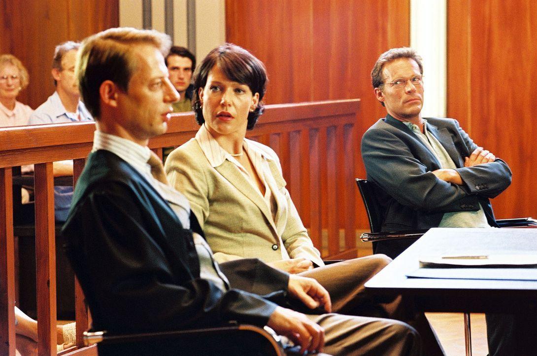 Lena Erding (Janina Hartwig, M.) diskutiert mit ihrem Rechtsanwalt Vanderheiden (Luc Veit, M.). Sie versteht die Welt nicht mehr. Martin Erding (Chr... - Bildquelle: Hardy Spitz Sat.1