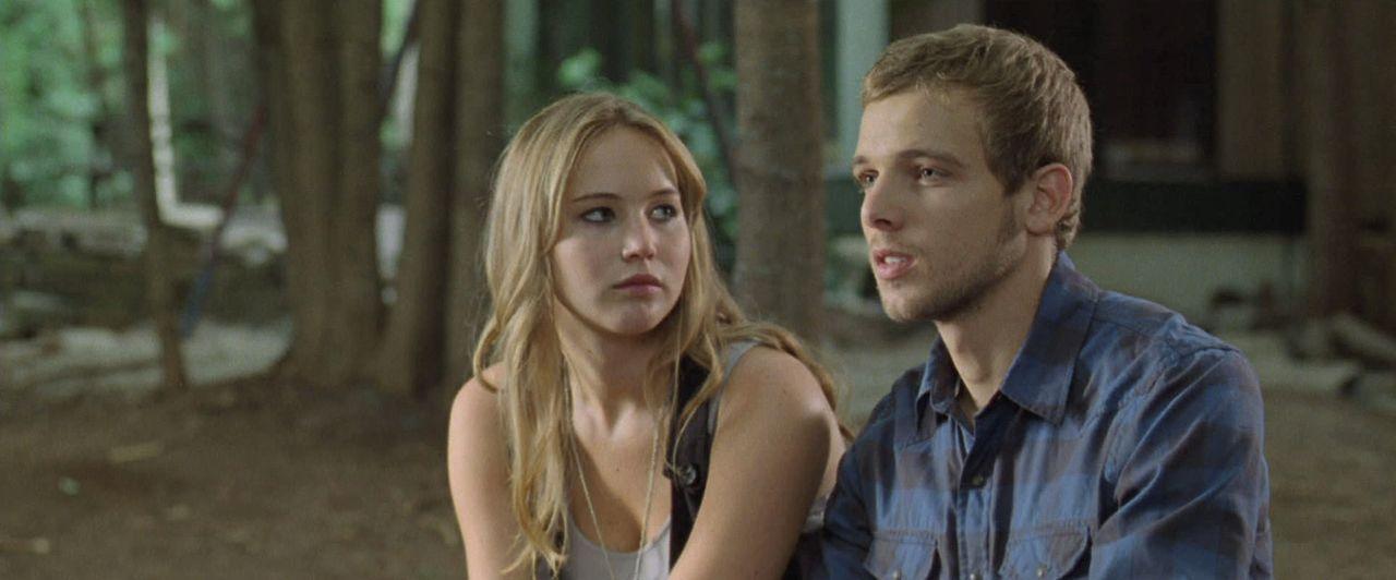 Setzen sich über Sarahs Verbote hinweg und scheinen sich zu verlieben: Elissa (Jennifer Lawrence, l.) und Ryan (Max Thieriot, r.) ... - Bildquelle: 2011 HATES, LLC.  All Rights Reserved.