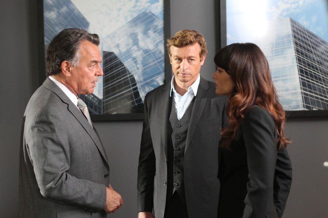 Patrick (Simon Baker, M.) und Teresa (Robin Tunney, r.) ermitteln in einem neuen Fall und stoßen dabei auf Dennis Victor (Ray Wise, l.). Doch hat e... - Bildquelle: Warner Bros. Television