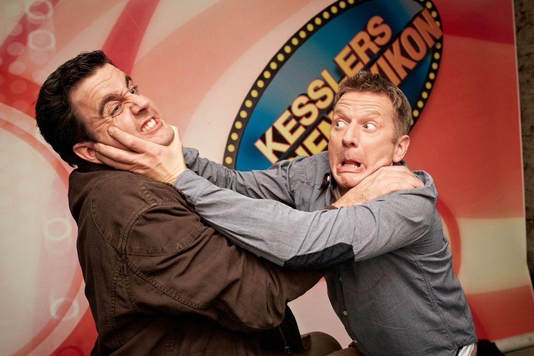 Kim zeigt Bastian (Bastian Pastewka, l.) den YouTube-Kanal des Komiker-Kollegen Michael Kessler (Michael Kessler, r.), der im Netz äußerst erfolgrei... - Bildquelle: Guido Engels SAT.1