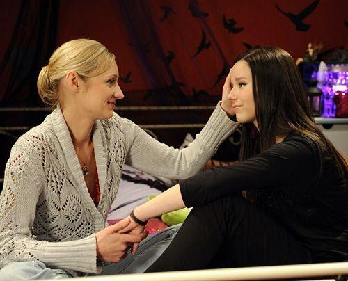 Luzi (Selina Müller, r.) wird von Karin (Barbara Sotelsek, l.) bestätigt, dass sie das Richtige getan hat ... - Bildquelle: Christoph-Assmann - Sat1
