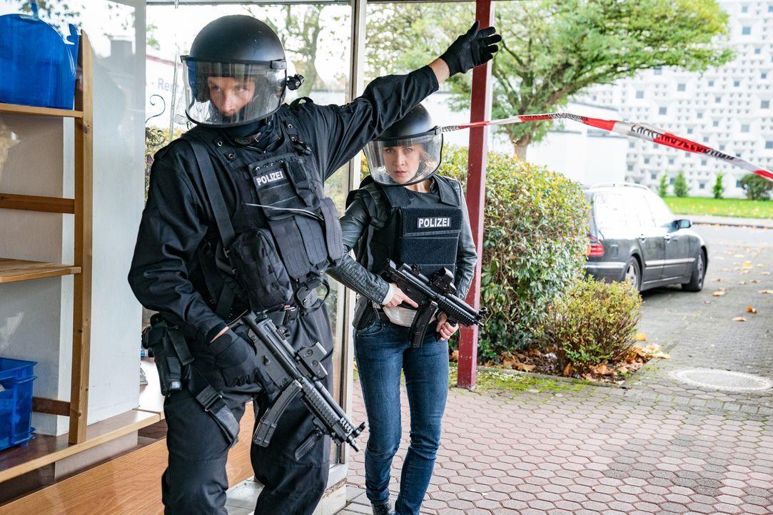 Zusammen mit dem SEK möchte Elena (Annika Ernst, r.) durch einen strategischen Zugriff die Geiseln des bewaffneten Banküberfalls befreien. Wird ihr... - Bildquelle: Wolfgang Ennenbach SAT.1