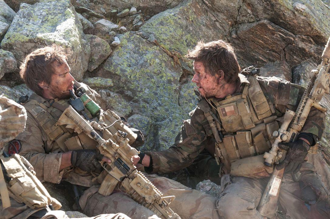 Ein menschlicher Akt wird den US-Soldaten Matthew Axelson (Ben Foster, l.) und Marcus Luttrell (Mark Wahlberg, r.) im Kampf gegen die Taliban zum Ve... - Bildquelle: Greg Peters Universal Pictures